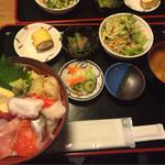 すずめのおやど - おまかせ海鮮丼 500円(税抜き)