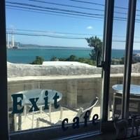 エグジット カフェ - 店内からは青い海が