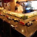 みなと寿司 - カウンターでは板さんとの会話も楽しめます