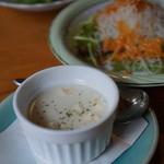 食堂ぬーじボンボンZ - セットのスープとサラダ ランチ時は無料