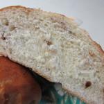 ブーランジェリー ウツノミヤ - 香ばしいクルミを含んだ生地を焼き上げアクセントに甘い砂糖のかけらをトッピングしたパンです。