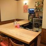 アンカール - 清潔なカウンター席です。このカウンターご利用の7名様までのワイワイ夜の女子会受け付け中です。