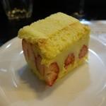 山猫軒 - 練乳のような味のするイチゴのケーキ