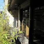 trattoria SATOMI fooding - お店、下は昭和通りの渋滞