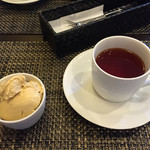 ほなの地球ごはん - ランチに付くドリンクと、プラス200円のランチデザート。紅茶と、ほうじ茶のアイス