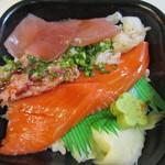 海鮮づくし丼丸 - 四天王丼はサーモン、えんがわ、マグロ、ねぎとろの人気材料を使った海鮮丼。山葵は花びら状になって添えられてました。