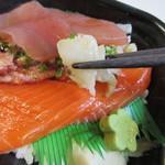 海鮮づくし丼丸 - 人気の4つの食材はぶっかけた醤油ダレとの相性もぴったりでした。