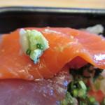 海鮮づくし丼丸 - 山葵を食材に乗せて口に運ぶと美味しさバージョンアップですね。