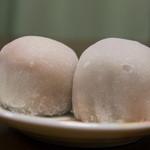 銀座あけぼの - 白玉杏大福(左)といちご大福