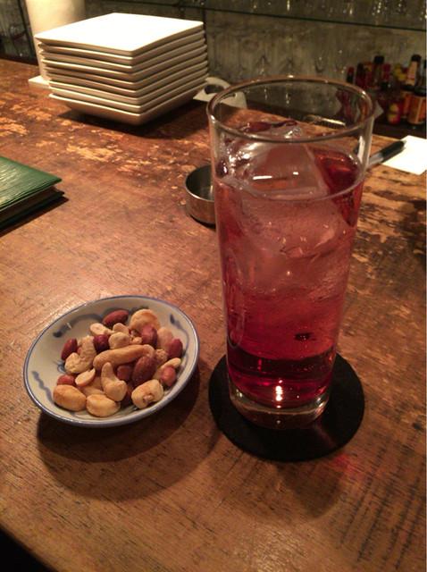 天 - 【フランボワーズソーダ】(550円税込)とおつまみ。木いちごの甘さがあります。