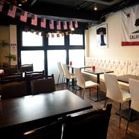☆2名様〜18名様までつなげて使えるテーブル席☆着席は40名、立食は60名まで。