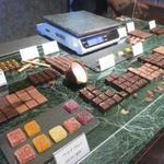 ショコラティエヤスヒロセノ神戸 - 量り売りもあります。
