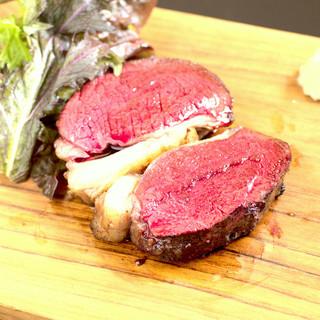 夏に男鹿は脂がのります!夏鹿とエゾ鹿の食べ比べ炭火焼ステーキ
