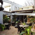 ケニーズハウスカフェ - 中庭のテラス席がステキです!
