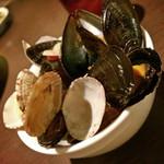 屋根裏ダイニング GOZARU - ムール貝とアサリのお鍋ワイン蒸し