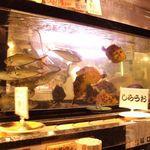 回転寿司 魚浜 - いけすの前は特等席なのです♪活アジや、真鯛・ひらめ等を目の前でさばいて提供するので迫力が違う!