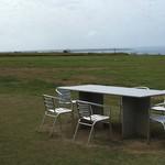 47109802 - テラスっていうより芝生の上にテーブルがいくつかあり目の前は海