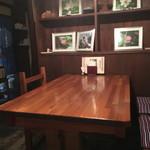 三虎 - 中はテーブル、カウンターとも木のぬくもり
