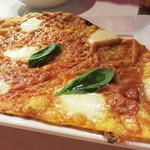 ヴィノハウス - イタリアンバールですから、シメにパスタかピザを頼みましょうか。 ということで、ピッツァの基本・マルゲリータのハーフサイズ。極薄カリカリタイプ。