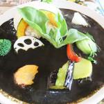 小林カレー - ブラックカレー780円+野菜100円。 おどろおどろしくも、黒い色に野菜の彩りのコントラストが印象的です。