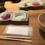 和牛贅沢重専門店 神楽坂 翔山亭 - 突き出し。右上の牛たたきのお寿司が格別美味しかった(^∇^)