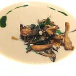 47114935 - マッシュルームのヴルーテとフランス産野生茸のポアレ