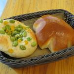 47115691 - 枝豆とチーズのフォカッチャ&クリームパン