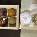 47117508 - 一口菓子と苺大福、わらび餅