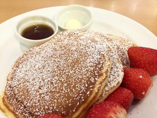 サラベス 大阪店 - バターミルクパンケーキはモチモチでもなくフワフワでもなく何だ?サクサク?