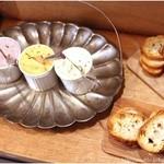 リロンデル - リロンデル特製ディップ。 この日は左から鶏レバームース サーモンリエット 鯖リエット