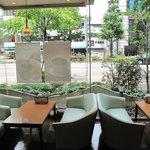 珈房 癒豆水 - 通りに面した窓際のテーブル席。ソファー席になってます。禁煙席。