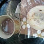 47121465 - 松屋さんの梅ヶ枝餅に梅昆布茶のサービス!