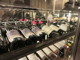 博多華味鳥 the River - お店に入るとまず大きなワインセラーがお出迎えしてくれました。