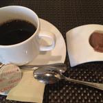47136606 - コーヒーと一口デザート