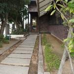 カフェアンドデザートレストラン クルール クレール - 駐車場からレストラン入り口に向かうアプローチ