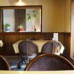 カフェアンドデザートレストラン クルール クレール - テーブルは、いろいろな表情がありますが、こちらは奥のテーブル席、テラスに面する明るい席です