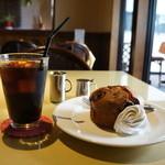 カフェアンドデザートレストラン クルール クレール - アイスコーヒーとブルーベリーマフィンのセットをいただきます