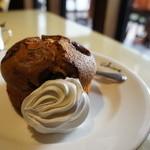 カフェアンドデザートレストラン クルール クレール - 大きなブルーベリーマフィン、温かいです、ホイップクリームもたっぷりと
