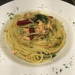 薫キッチン - 自家製スモークサーモンとほうれん草のスパゲティ