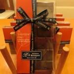 パティスリー・ブーケ - 「アプリマク 1400円(税抜)」キャラメル風味の自家製ガナッシュを、イタリア・ドモリ社のペルー産のカカオ分75%でコーティングした板チョコ型のチョコレート。