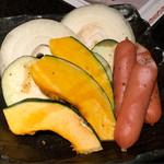 お肉の専門店スギモトプロデュース 焼肉 燦家 - 最初に出る野菜盛りとソーセージ