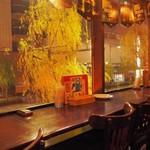ブルドッグ 銀座 クラフトビール World Beer Pub&Foods - 窓に面したカウンター