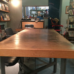 ダニーハ - 店内…真ん中に大きなテーブルが