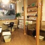 パン屋喫茶 大和 - 夜の店内も雰囲気があっていいですよ!!