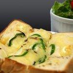 コージーコーナー - コージーコーナースナック部門のボリューム番長!トローリとしたチーズと、パンの間に隠されたハムの絶妙な味わい!