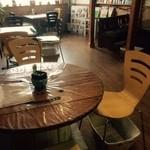 パン屋喫茶 大和 - 丸テーブルはリサイクル品