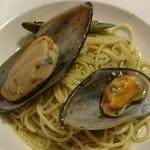 47161152 - ムール貝とスイートバジルのジェノバ風 スパゲッティ