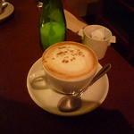 パイル カフェ エビス - カプチーノ600円くらい。ペリエの空き瓶らしきにシュガーw