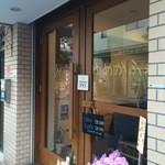 47170325 - 元町通り商店街4丁目、人気とんかつ屋さんの方に曲がったところにある、カフェです