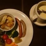夜景個室×肉バル×チーズタッカルビ 菜菜 - 直送野菜と粗びきソーセージのチーズフォンデュ